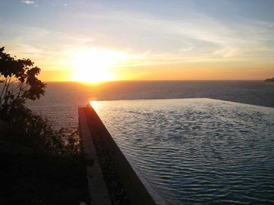 Banyan Tree Cabo Marques: Sunset at the infinity pool.