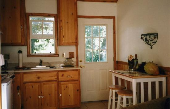 RiverFront Cabins Kaweah General Store: cabin suite, kitchen
