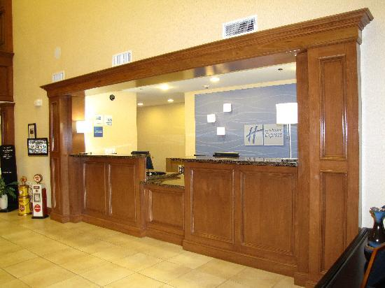 Holiday Inn Express Hotel & Suites Kilgore North: front desk
