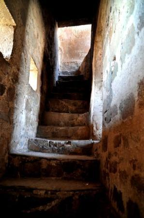 Jabalpur, India: Stairs to the Fort. Unfortunately there is a construction site on top...