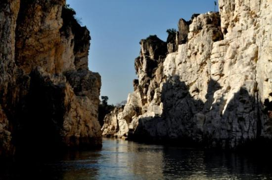 Jabalpur, India: Marble Rocks - boating @ the canyon