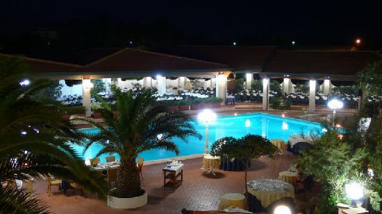 Hotel Residence Il Gabbiano: Piscina di Sera