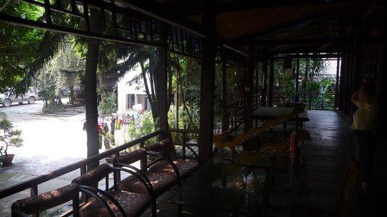 Lai Chau, Vietnam: Cour avec la lessive de tout le monde