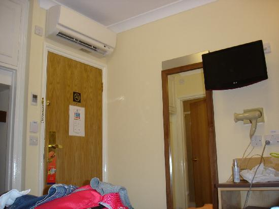 Winchester Hotel: entrada de la habitación (ya toda desordenada, como no)