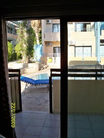 Anthea Hotel Apts: The view from our room opens out onto the swimming pool