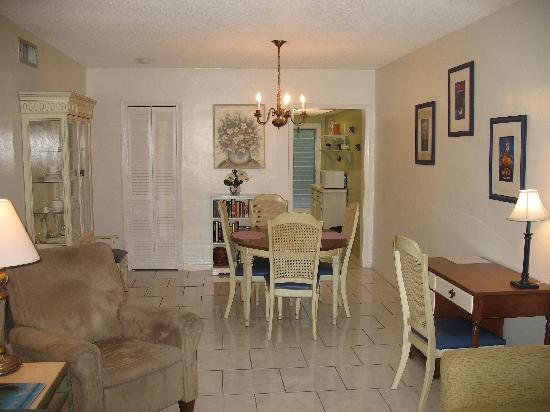 Carriage House Resort Motel: One Bedroom's Living/Dining Area