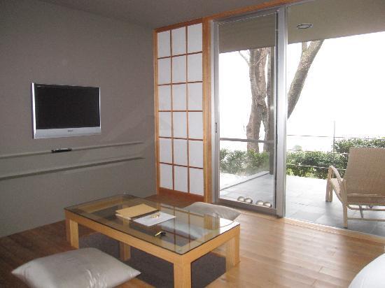 Oyado Tsuki: 掘りごたつ式のリビング、ツインベッド、テラスの眺めも良い。