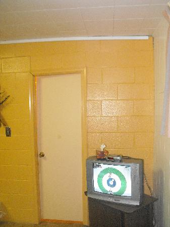 Silver Maple Motel: Bathroom door doesn't close - yes, those walls are crooked, it's not an illusion.