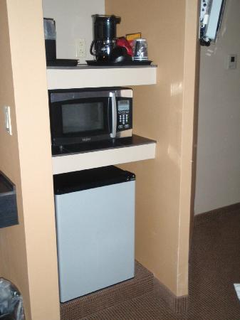 Comfort Inn & Suites: Fridge, microwave and coffeepot