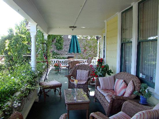 Adagio Inn: Front porch