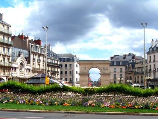 Dijon, France : Porte Guillaume, place Darcy