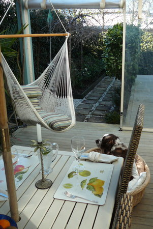 Sunderland House: Outdoor dining and relaxing hammocks