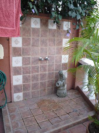 Casa Bella Rita Boutique Bed & Breakfast: shower next to pool