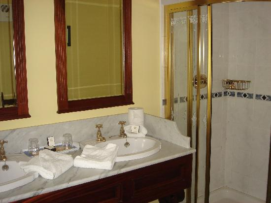 Killeen House Hotel & Rozzers Restaurant: Bathroom