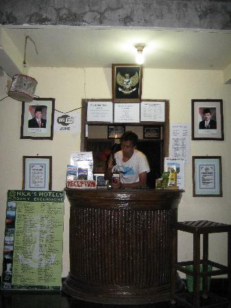 Nick's Homestay: Reception counter
