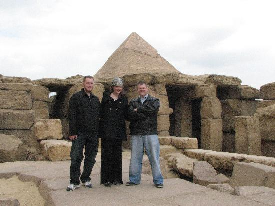 Nileview Bed And Breakfast : us enjoying the pyramids...we just got off the horses...
