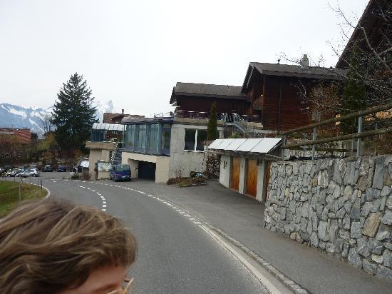 """Solbad Hotel: Ankunft an der Bushaltestelle """"Endorf"""" direkt vor dem Hotel"""