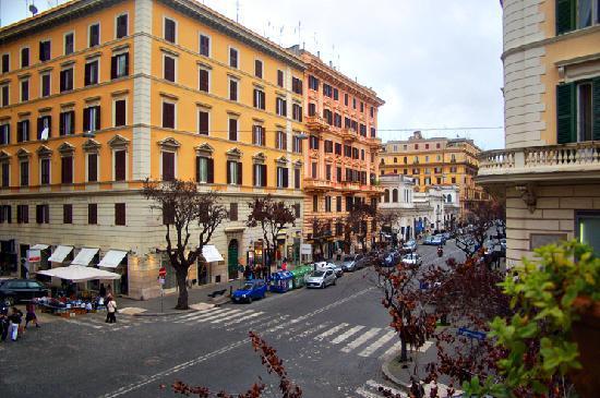 Hotel Dei Consoli: View towards via Cola di Rienzo