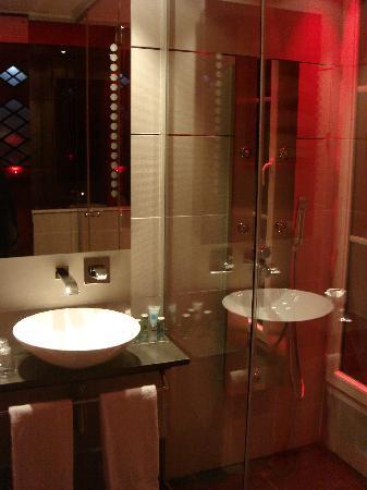 Hôtel Design Secret de Paris : prendre sa douche fut vraiment des plus agréable