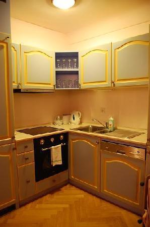Hotel U Cerne Hvezdy: キッチンコーナー。お茶飲みたければティーバッグも用意されています。