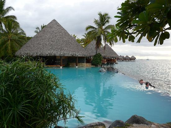 InterContinental Resort Tahiti: Relax at the pool wih swim up bar waiting on beautiful sunset