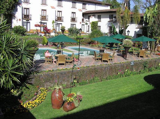 Hotel Mansion del Cupatitzio: Courtyard and pool