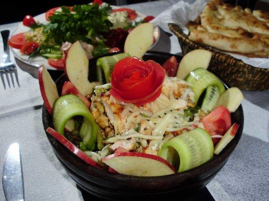 Sirevi Restaurant: Vorspeise: Salat mit Poulet und Nüssen