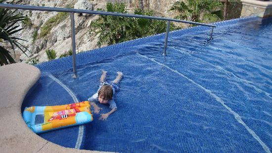 Welk Resorts Sirena Del Mar: Little one happy at the pool's steps