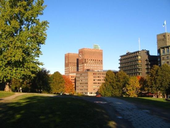 Oslo Rådhus: het stadhuis in de achtergrond