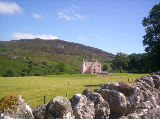 Fort Augustus, UK: A PINK castle!!! Right next to the farm I was living on. Apparently its owned by an American fro