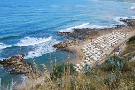 Villaggio degli Olivi: La spiaggia privata (vista dal ristorante)