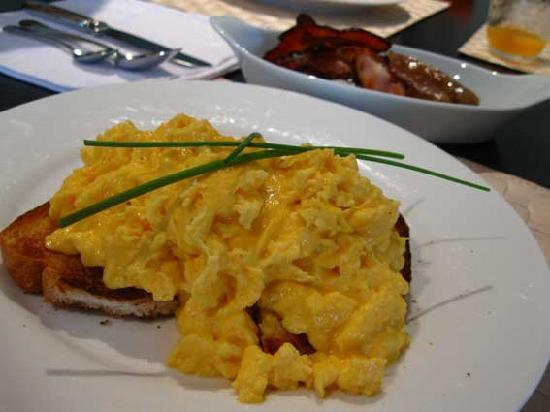 The Orchard Luxury B&B: Scrambled eggs and bacon