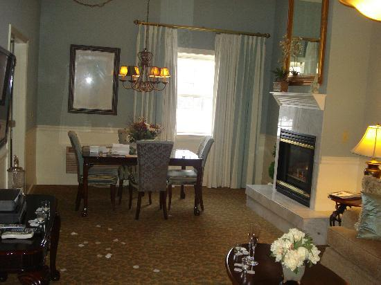 The Inn At Glen Sanders Mansion: Front room with fireplace