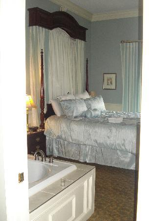 The Inn At Glen Sanders Mansion: View from bath to bedroom