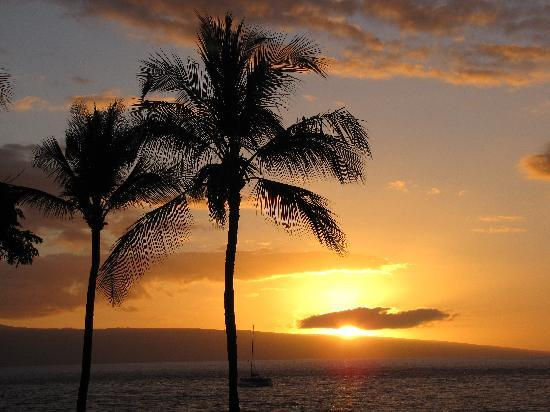 Kaanapali Beach Hotel: Sunset from our balcony on 3rd floor