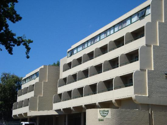 St Ives Apartments: Another view for the carpark