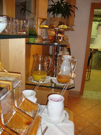 Hotel Garni Aurora: Breakfast bar
