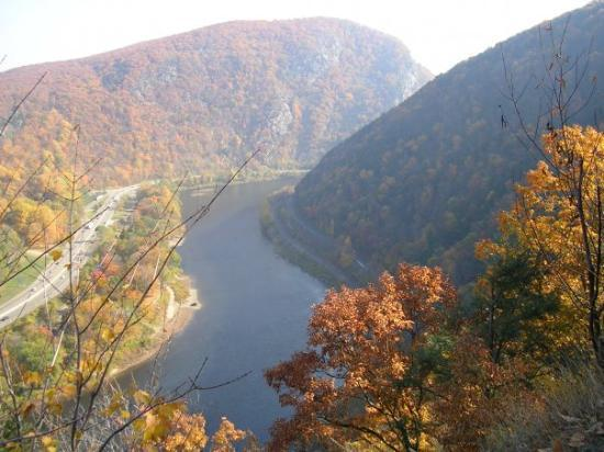 ‪‪Delaware Water Gap‬, بنسيلفانيا: Deleware Water Gap from PA side in Fall.‬