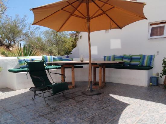 Los Milagros Hotel: lounging area