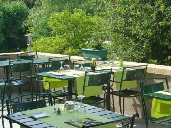 Монтиньяк, Франция: garden and terrace