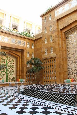 The Leela Palace Udaipur: hotel courtyard