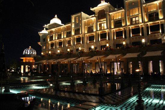 The Leela Palace Udaipur : hotel by night