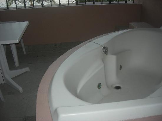 Hotel Barcelo Ixtapa Beach Resort : Whirlpool tub on deck - Villa