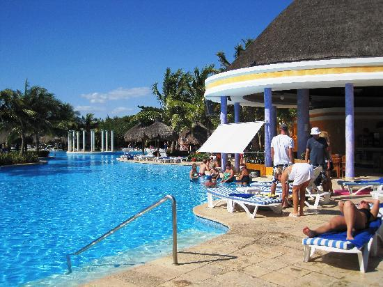 Iberostar Paraiso Del Mar: One of the swim up bars at the pool