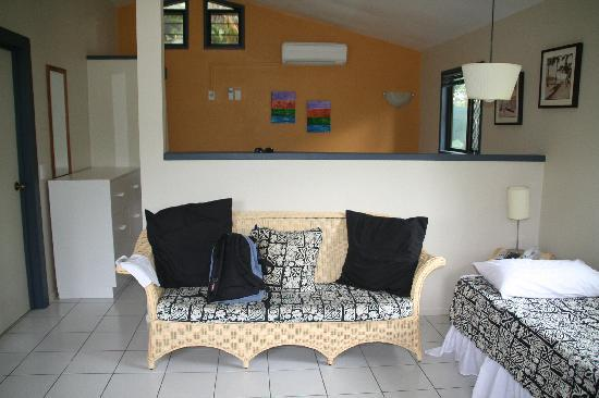 Muri Beach Resort: Bungalow innen