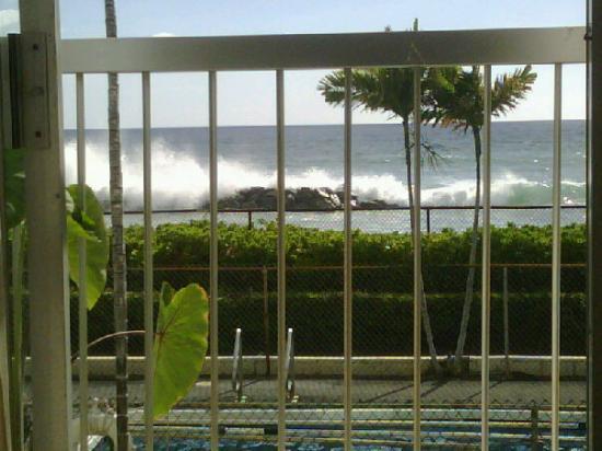 Makaha Surfside Condominium: I really enjoy the sound of crashing waves