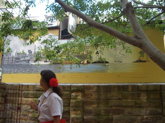 The Rocks Walking Tours: tour guide in front of historic mural