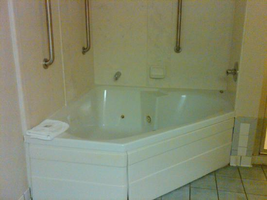 Hampton Inn Melbourne: Whirlpool tub