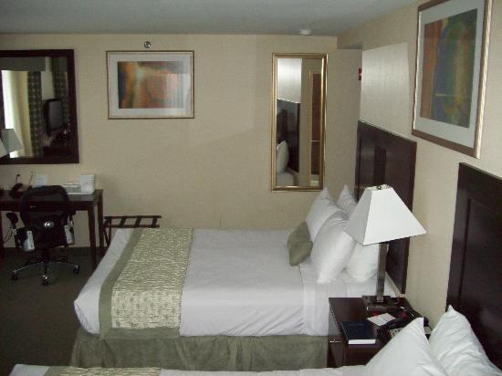 Ramada Jamaica/Queens: Our room.