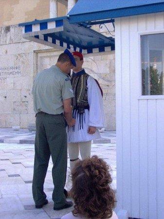 Plateia Syntagmatos: Revisando el uniforme, cambio de guardia, Atenas
